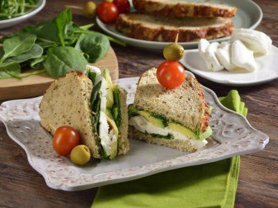 Sandwich con aguacate y queso de cabra